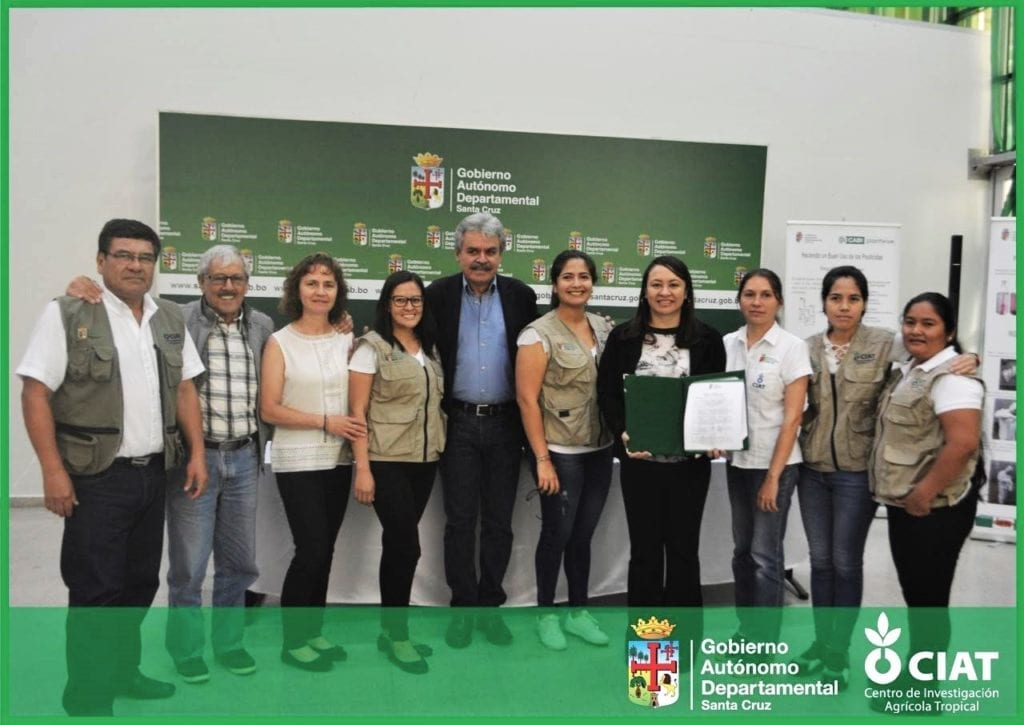 Dr Yelitza Colmenarez (fourth from right) with Mr Luis Alberto Alpire Sánchez (centre) receiving recognition for Plantwise from the Bolivian Government