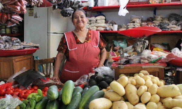 Lady in shop Pixabay